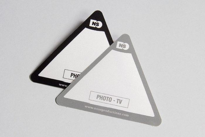 Impression de badges adhésif triangle en tissu sérigraphié - Oscar Productions Nantes billetterie et gestion d'accès sécurisée
